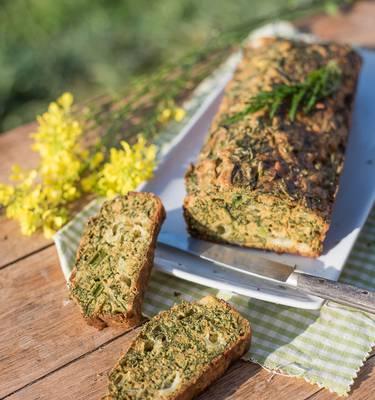 Recette de printemps : Cake à l'aillet et fanes de carottes